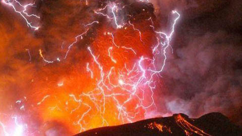 Lightening appeared during a volcanic eruption.