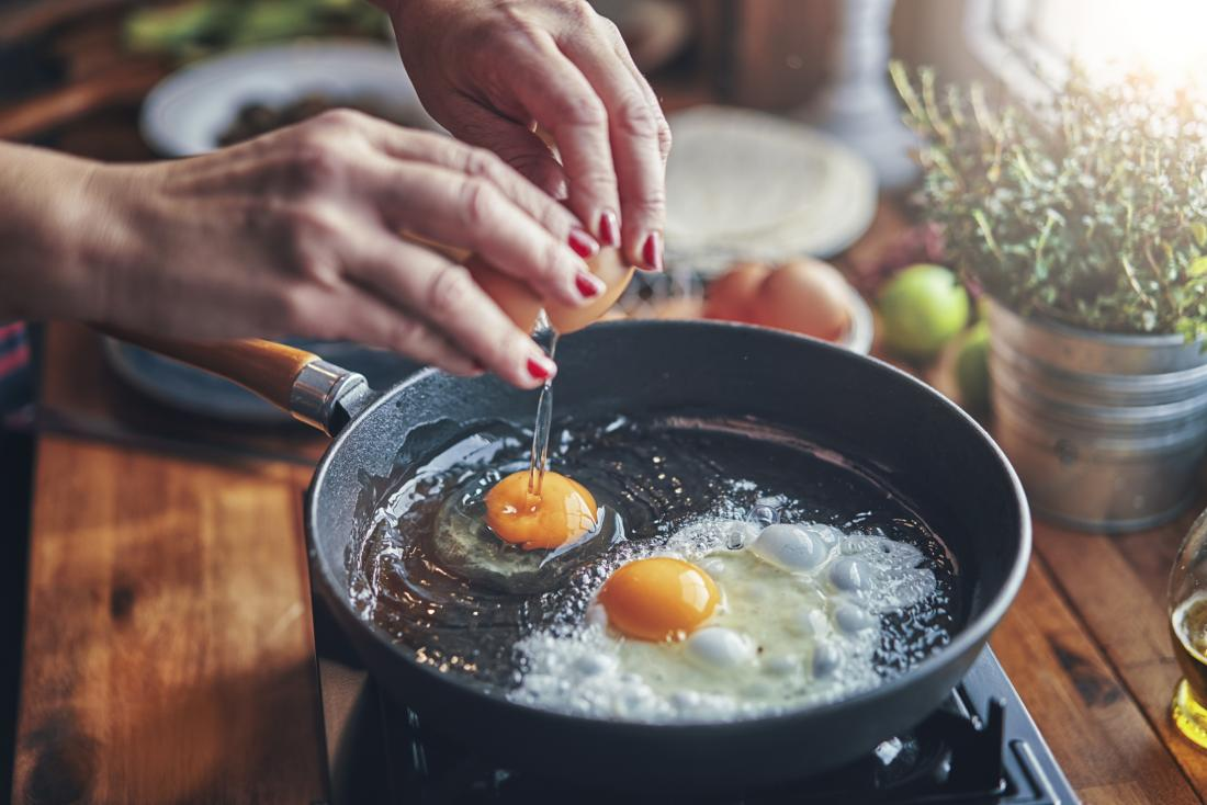 Frying eggs at home